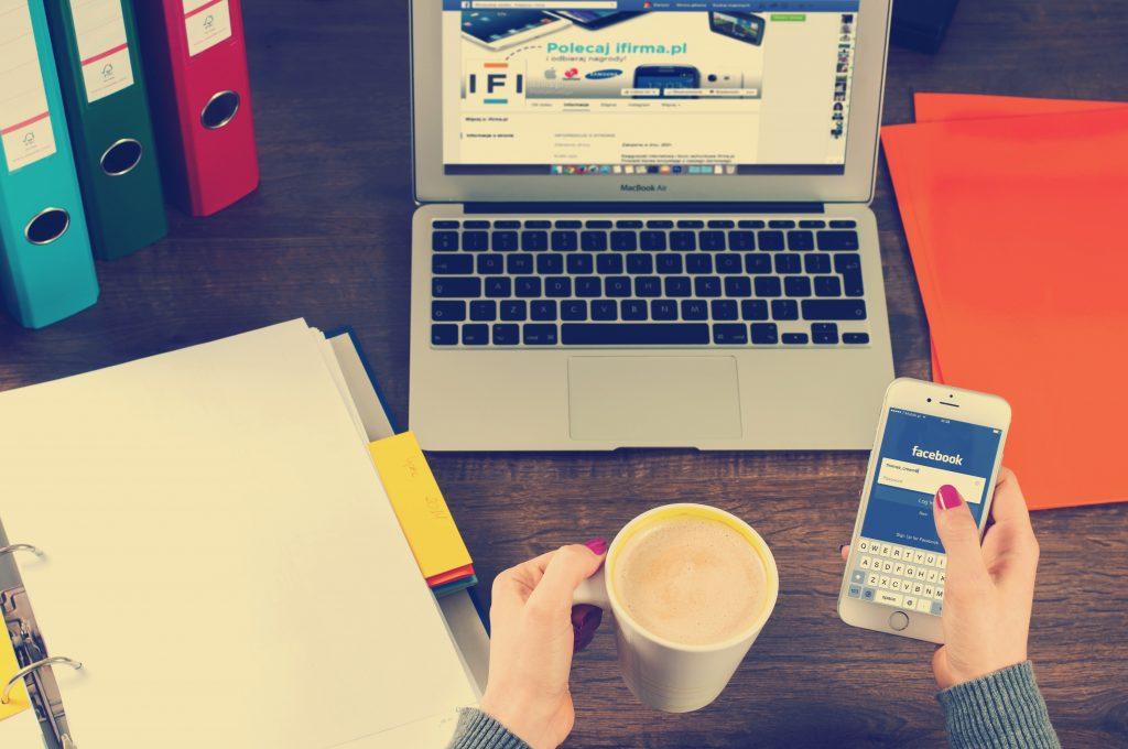 Facebook marketing dùng để chỉ hoạt động tiếp thị, quảng bá sản phẩm/dịch vụ, thương hiệu, tương tác với khách hàng của các doanh nghiệp thông qua mạng xã hội Facebook.